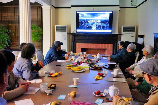 3画家观看基金会的宣传片《改变的力量》_调整大小.JPG