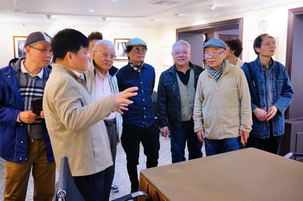5贾勇陪同客人参观地下室展厅_调整大小.JPG