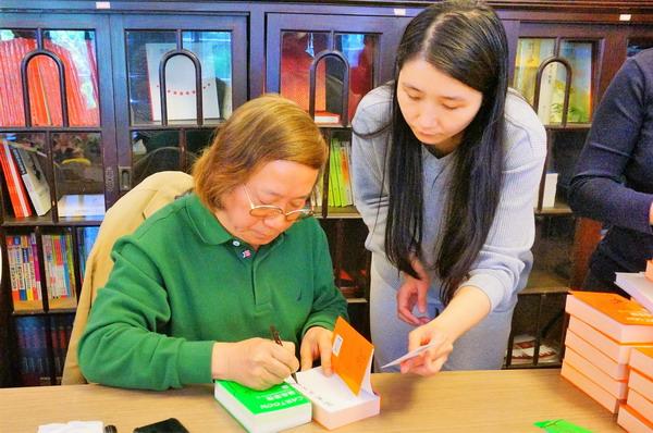 7漫画家郑辛遥在自己的新作上签名_调整大小.JPG
