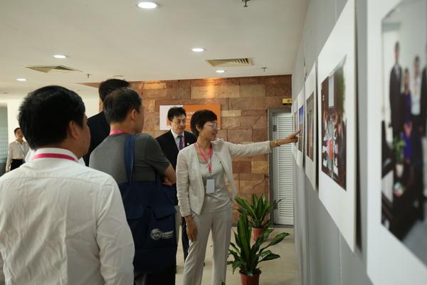"""6嘉宾参观""""慈善教育六周年""""图片展_调整大小.JPG"""