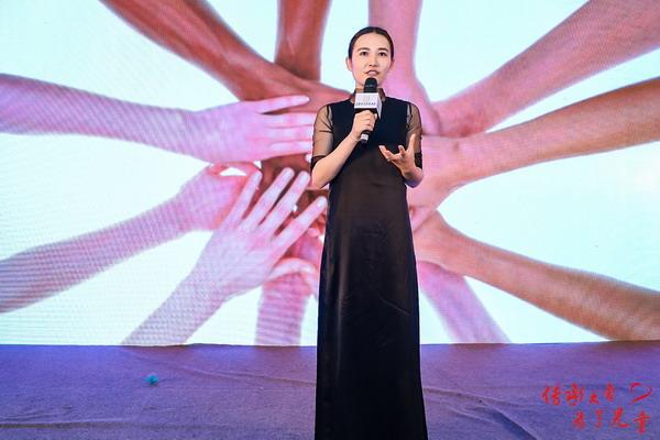 7.合众爱心主席团成员、艺术家JUJU WANG 现场发布爱心设计作品_调整大小.jpg