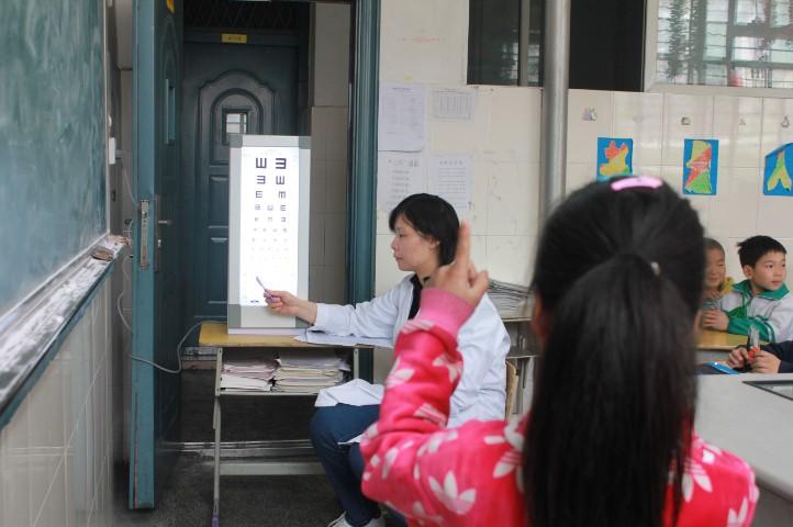 上海爱尔眼科医院的医师入校为学生筛查视力