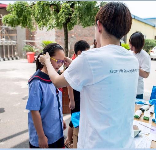 眼科医生耐心为学生调试眼镜